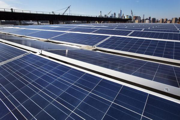 Aurinkopaneeleja New Yorkissa Yhdysvalloissa helmikuussa 2017,