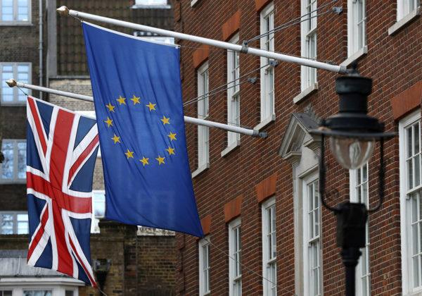 Britannian ja Euroopan unionin liput Lontoon Westminsterissä 8. joulukuuta 2017.