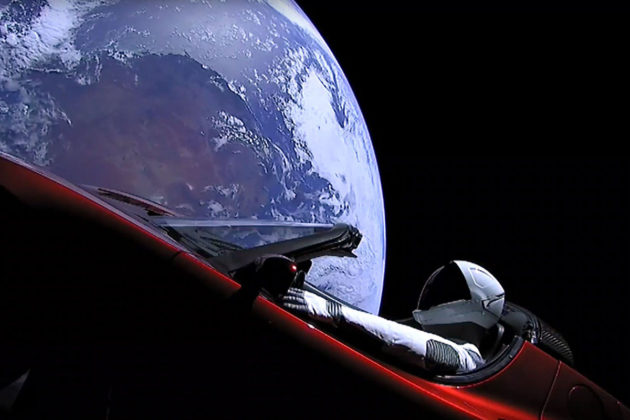 Falcon Heavyn koelento lähetti maata kiertävälle radalle urheiluauton, jonka kyydissä on astronautiksi puettu nukke.