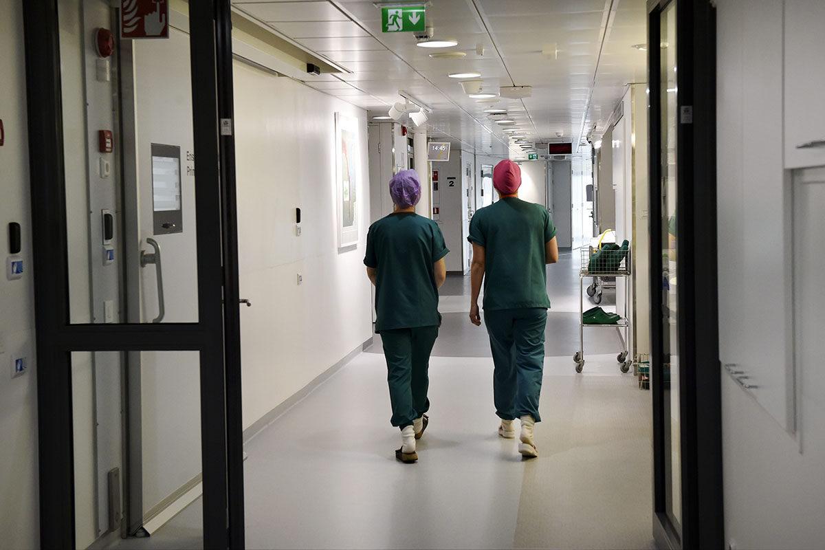 Hoitajia Naistenklinikan käytävällä Helsingissä 5. helmikuuta 2018.