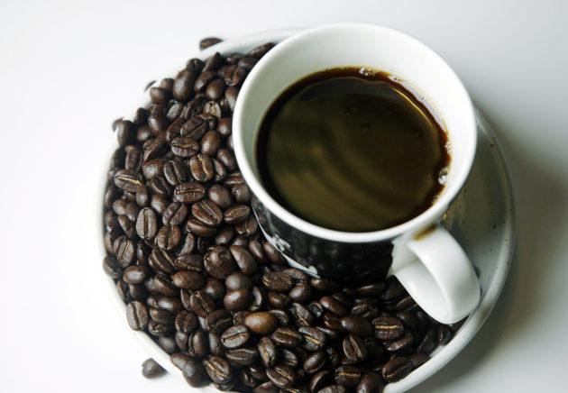 Perulaisia Arabica-kahvipapuja ja kahvia.