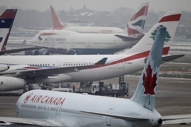 Matkustajalentokoneita Heathrown lentokentällä Lontoossa.