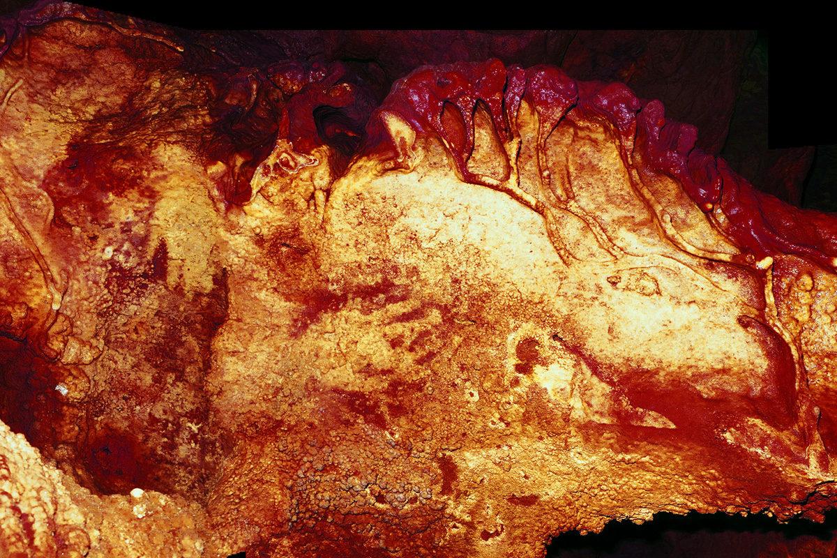 Muinaisessa kalliomaalauksessa näkyy neandertalilaisen kädenjälki. Kuva Maltravieson luolasta Espanjassa.