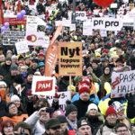 Tuhansia mielenosoittajia kokoontui SAK:n järjestämään aktiivimallin vastaiseen mielenilmaukseen Helsingin Senaatintorille 2. helmikuuta 2018.