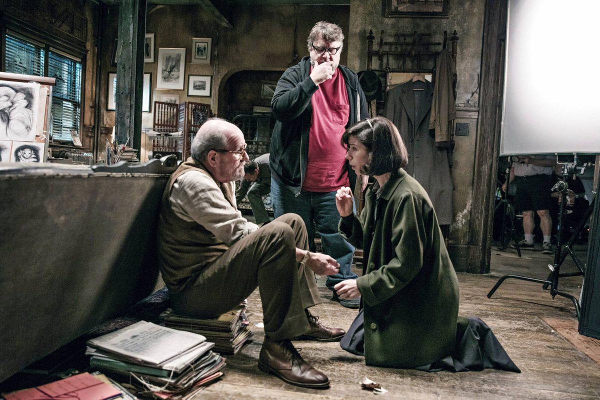 Guillermo del Toro (taustalla) ohjaa Richard Jenkinsiä ja Sally Hawkinsia.