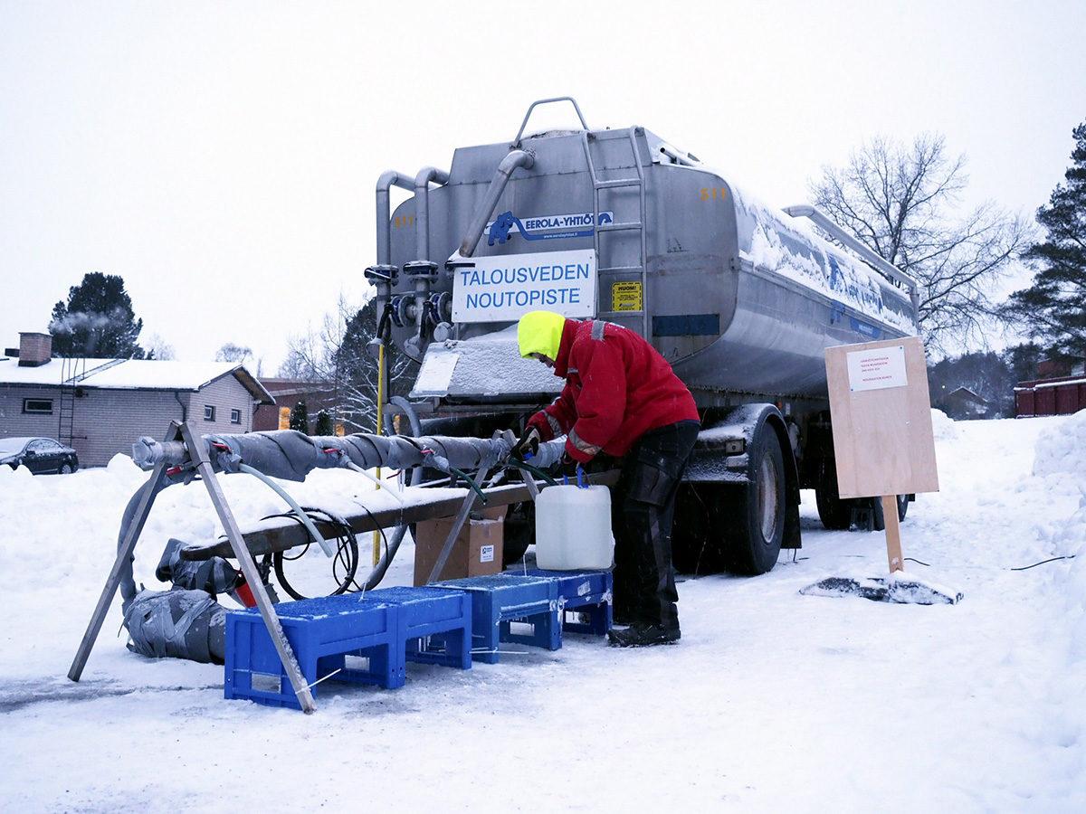 Talousvettä jaettiin tankkiautosta Nousiaisissa 6. helmikuuta 2018.