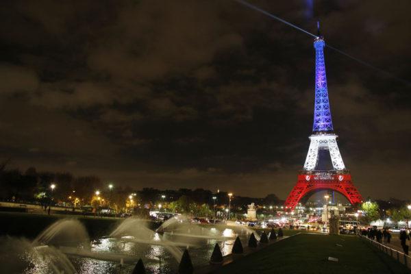 Eiffel-torni Pariisin terrori-iskun jälkeen 16. marraskuuta 2015.