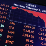 New Yorkin pörssikurssien laskua kuvattuna näyttöruudulla.