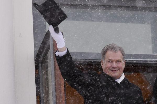 Presidentti Sauli Niinistö tervehtii kansalaisia Presidentinlinnan parvekkeelta Helsingissä 1. helmikuuta 2018 tasavallan presidentin virkaanastujaisissa.