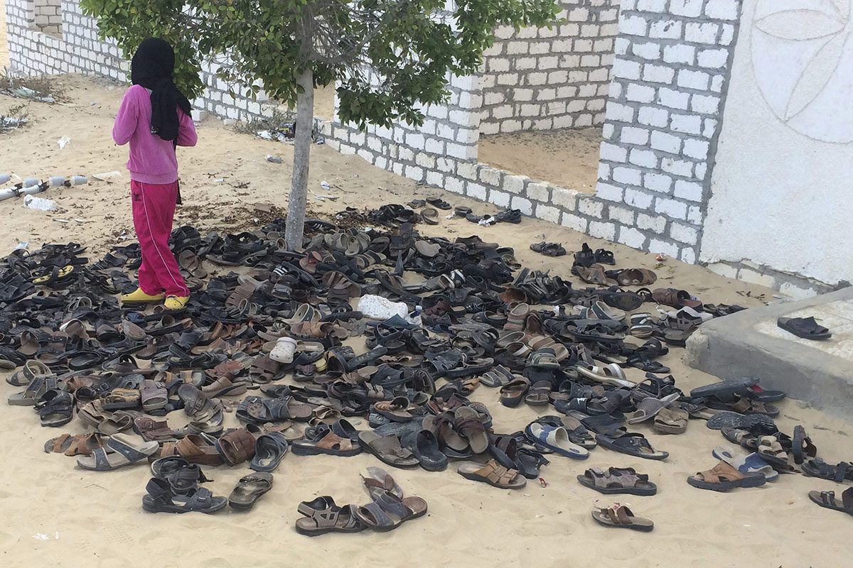 Isisin iskussa kuolleiden kenkiä moskeijan ulkopuolella Pohjois-Siinailla Egyptissä 26. marraskuuta 2017. Edellisenä päivänä tehdyssä iskussa kuoli satoja.