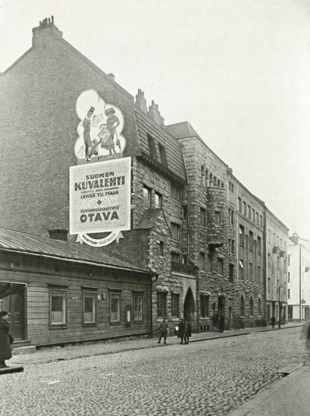 Suomen Kuvalehden toimitus oli aluksi puutalossa Otavan kustantamon kupeessa Helsingin Uudenmaankadulla.