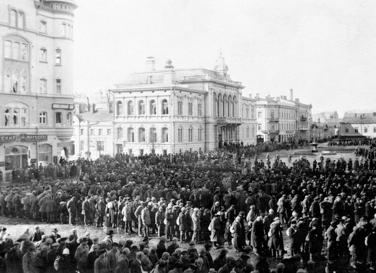 Punavankeja Tampereen torilla huhtikuussa 1918.