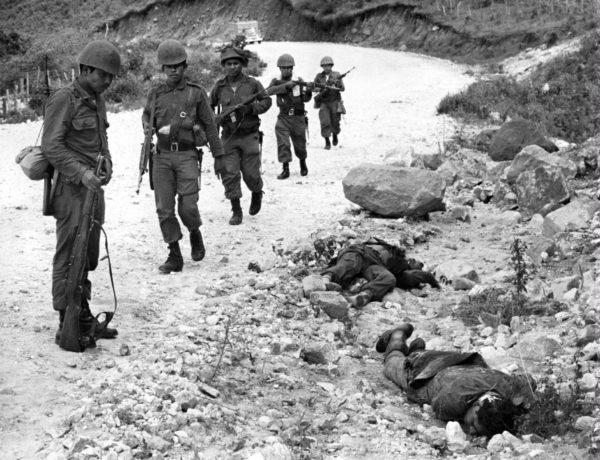 Hondurasin sotilaat katsovat kuolleita elsalvadorilaisia El Portillossa, Hondurasissa, sodan päättymispäivänä 18. heinäkuuta 1969.