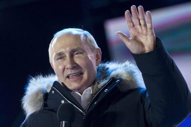 Vladimir Putin tervehti kannattajiaan sunnuntaina 18. maaliskuuta.