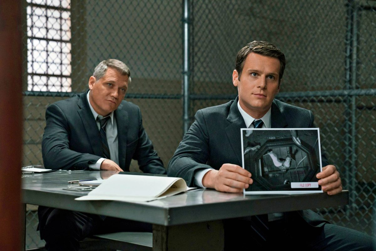 FBI-tutkijat (Holt McCallany, Jonathan Groff) haastattelevat.
