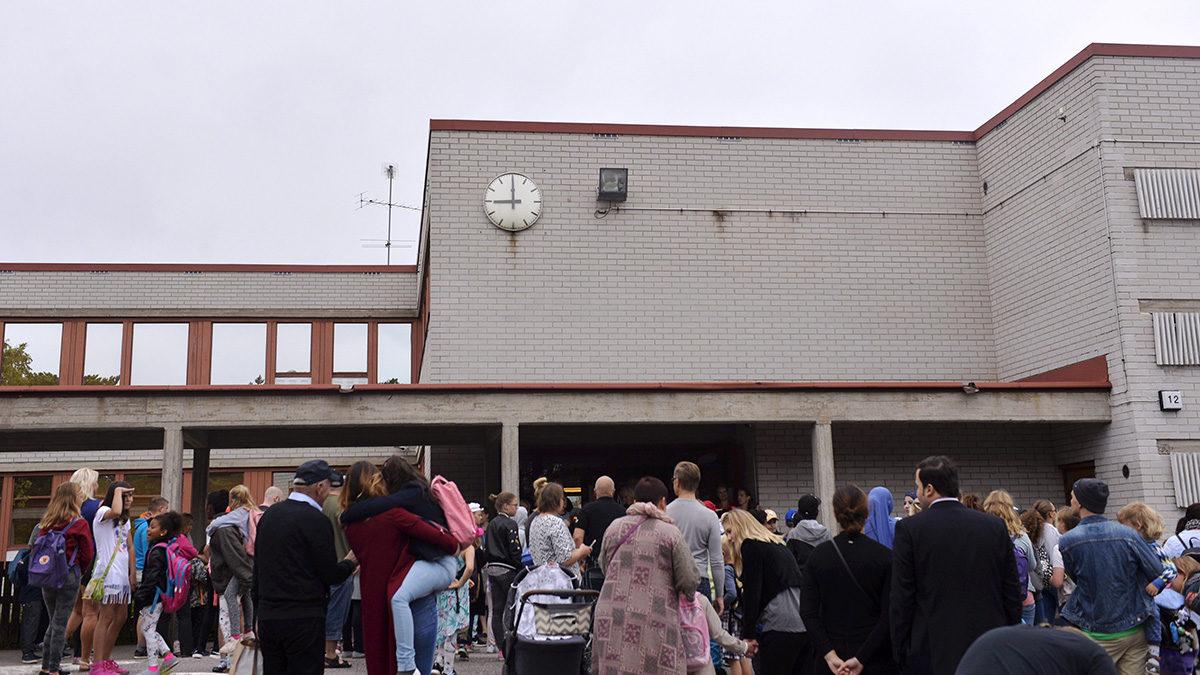 Ekaluokkalaiset odottavat koulun alkua ensimmäisenä koulupäivänä koulun pihassa Helsingissä 10. elokuuta 2017.