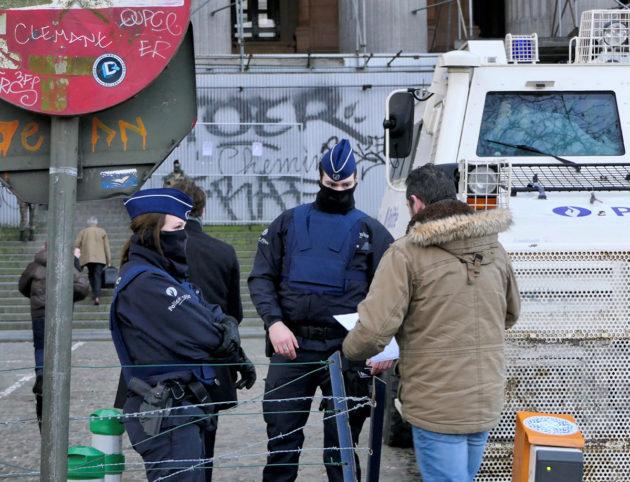 Naiset ovat näkyvä osa Belgian poliisivoimia. Tietyissä tehtävissä kaikki poliisit peittävät kasvonsa turvallisuussyistä.