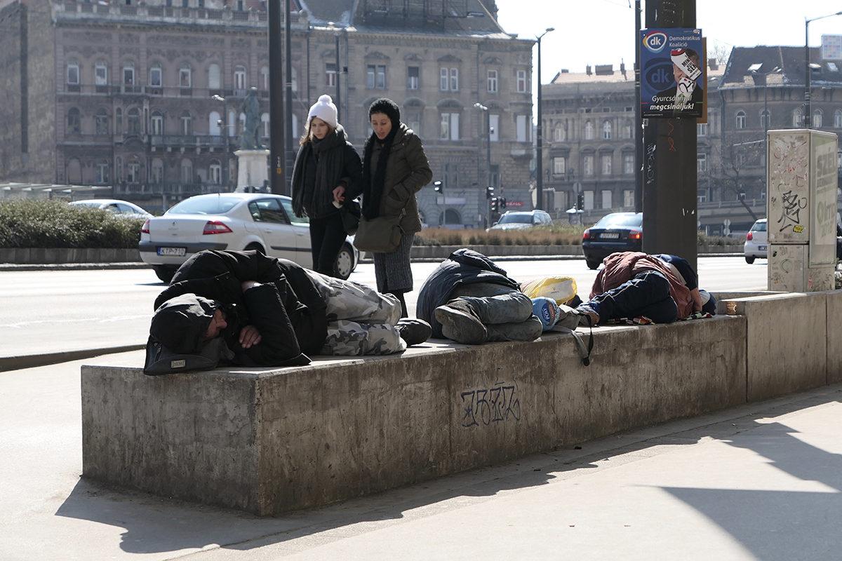 Kodittomia Budapestin Keleti pályaudvarin rautatieaseman edustalla. Unkarissa tilastoitiin helmikuussa 2016 yhteensä 10.206 asunnotonta.