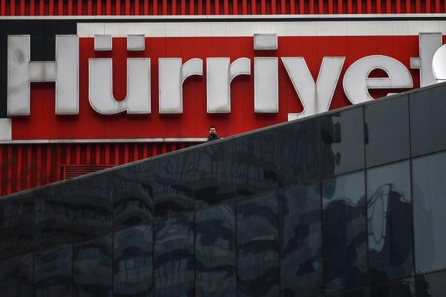 Hürriyet-lehden logo mediatalo Doğanin seinässä Istanbulissa.