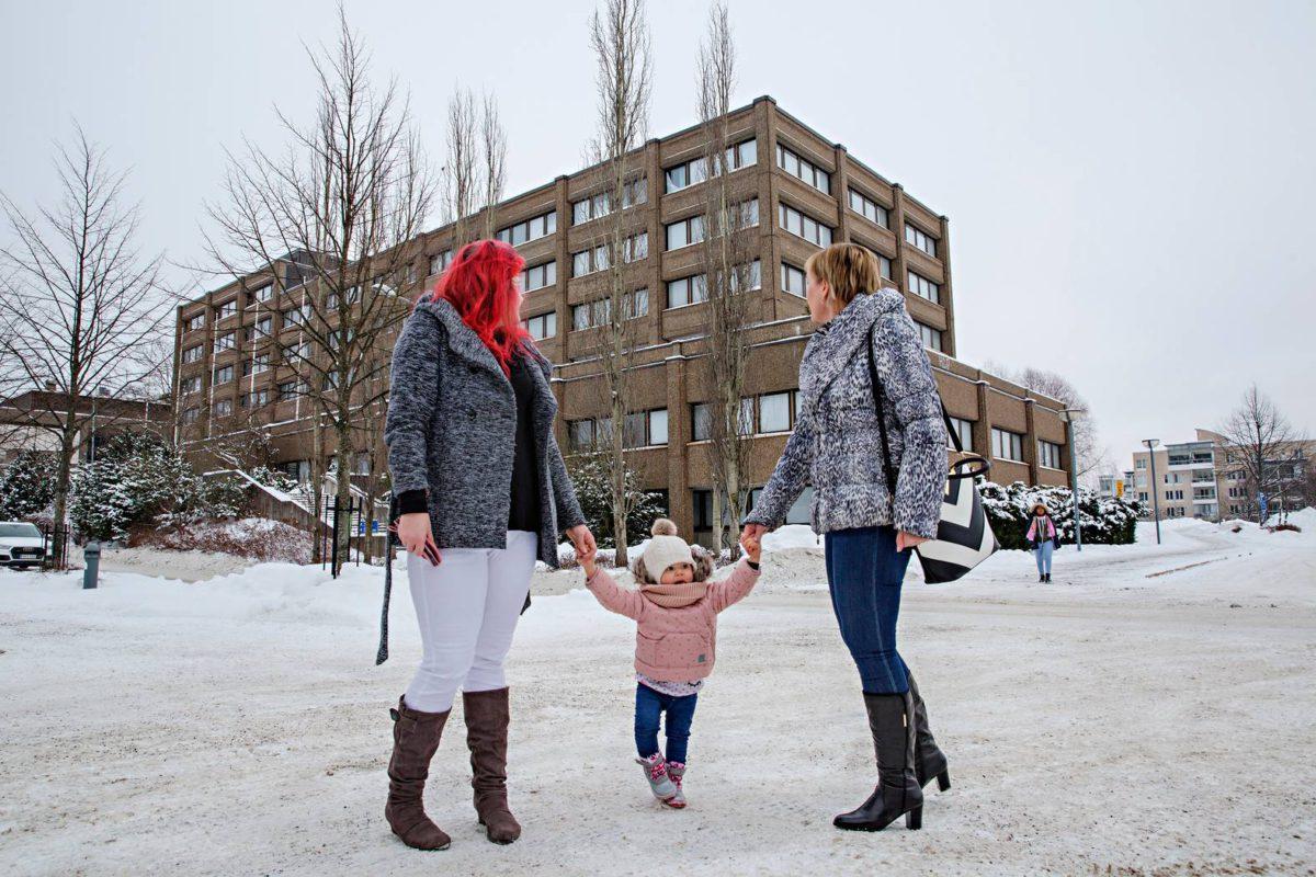 Maret, Liis ja Rebekka Altter Espoon keskuksessa. Heidän takanaan purkutuomion saanut kaupungintalo.