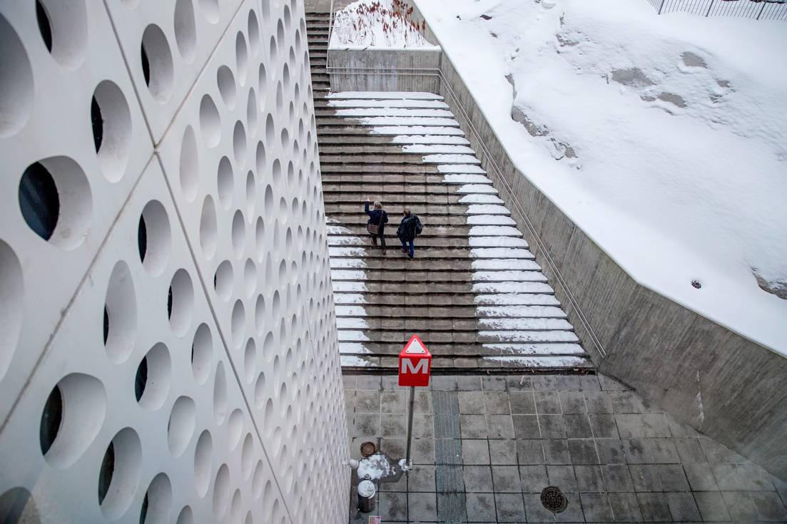 Tapiolan metroasemalta on hieman vaikeaa löytää tietä ulos Tapiolan ostoskeskukseen.