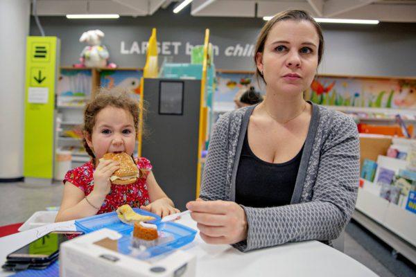 Olivia ja Katharina Joutsen viihtyvät Ison Omenan kirjastossa.