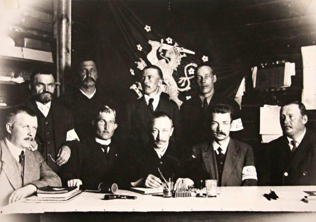 Vesannon suojeluskunnan esikunta 1918: Otto Ritvanen, August Jäntti, Jussi Ritvanen, Emil Ritvanen, Nestor Korhonen, Niilo Kinos, Emil Korhonen, Otto Pakarinen, Fredrik Liimatainen.