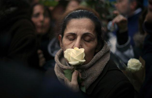 Murhatun Mireille Knollin asunnon edustalla järjestettiin hiljainen mielenillmaus 28. maaliskuuta 2018.