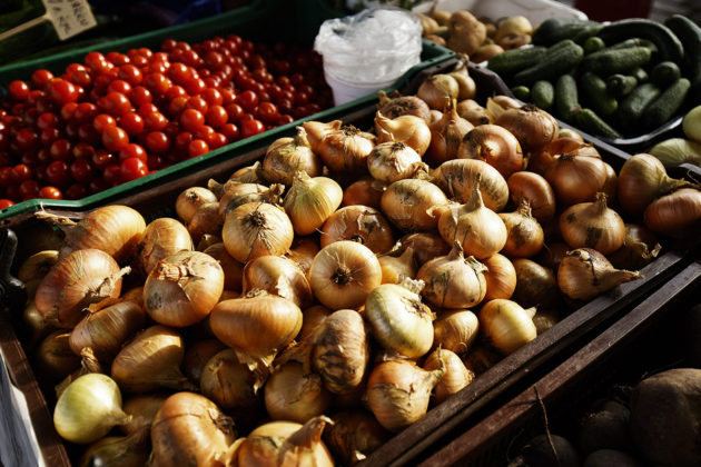 Terveydelle parhaita ruokavalioita yhdistää se, että niissä suositaan kasviksia. Sipuleita Rauman torilla torstaina 17. elokuuta 2017.