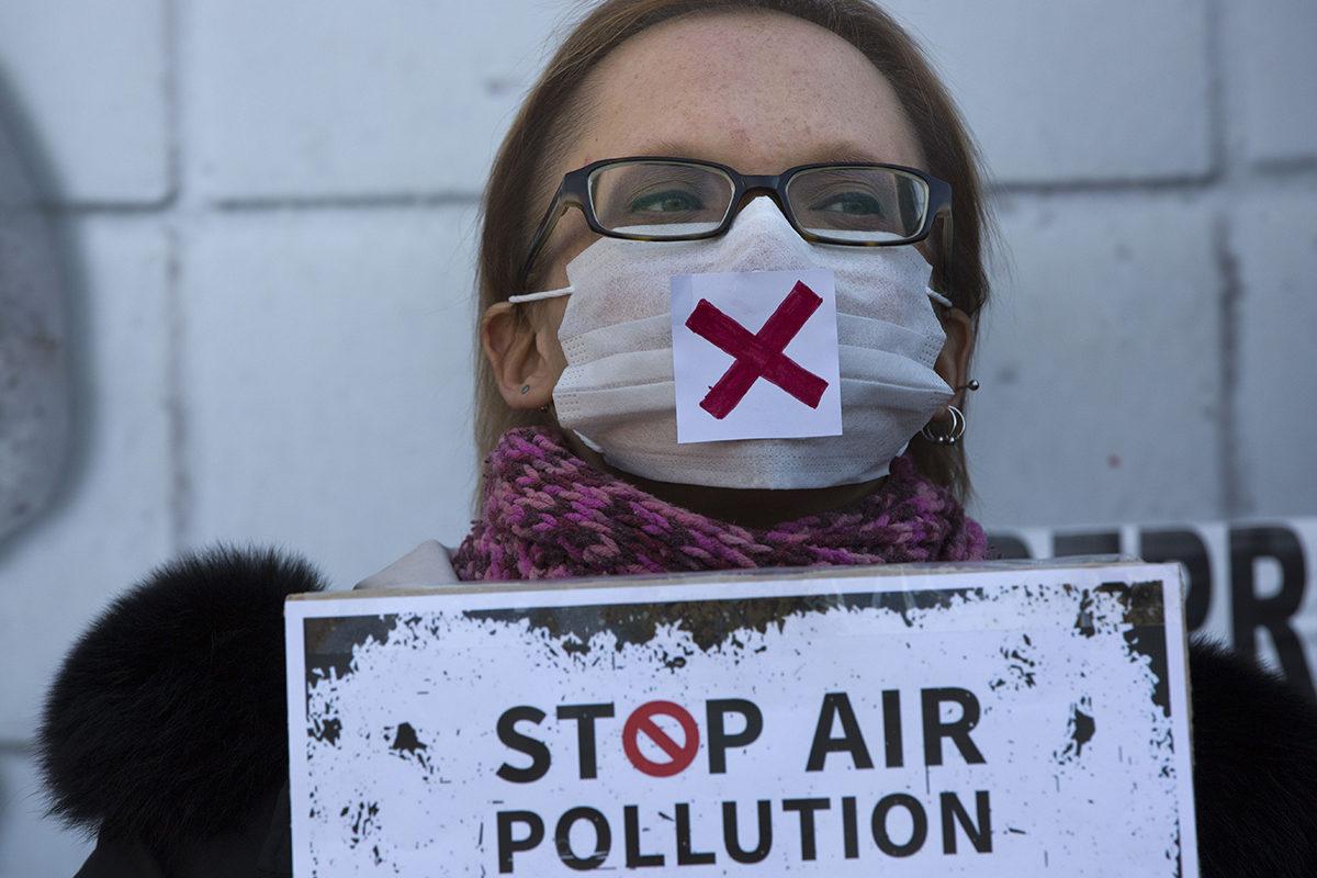 Sadat kosovolaiset mielenosoittajat vaativat Pristinassa tammikuussa 2018, että hallitus ryhtyisi vähentämään ilmansaasteita.