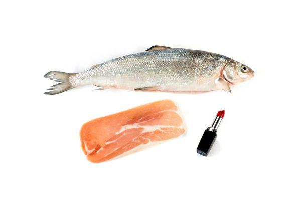 Kala, ilmakuivattu kinkku ja huulipuna löytävät tiensä ostoskärryihin.