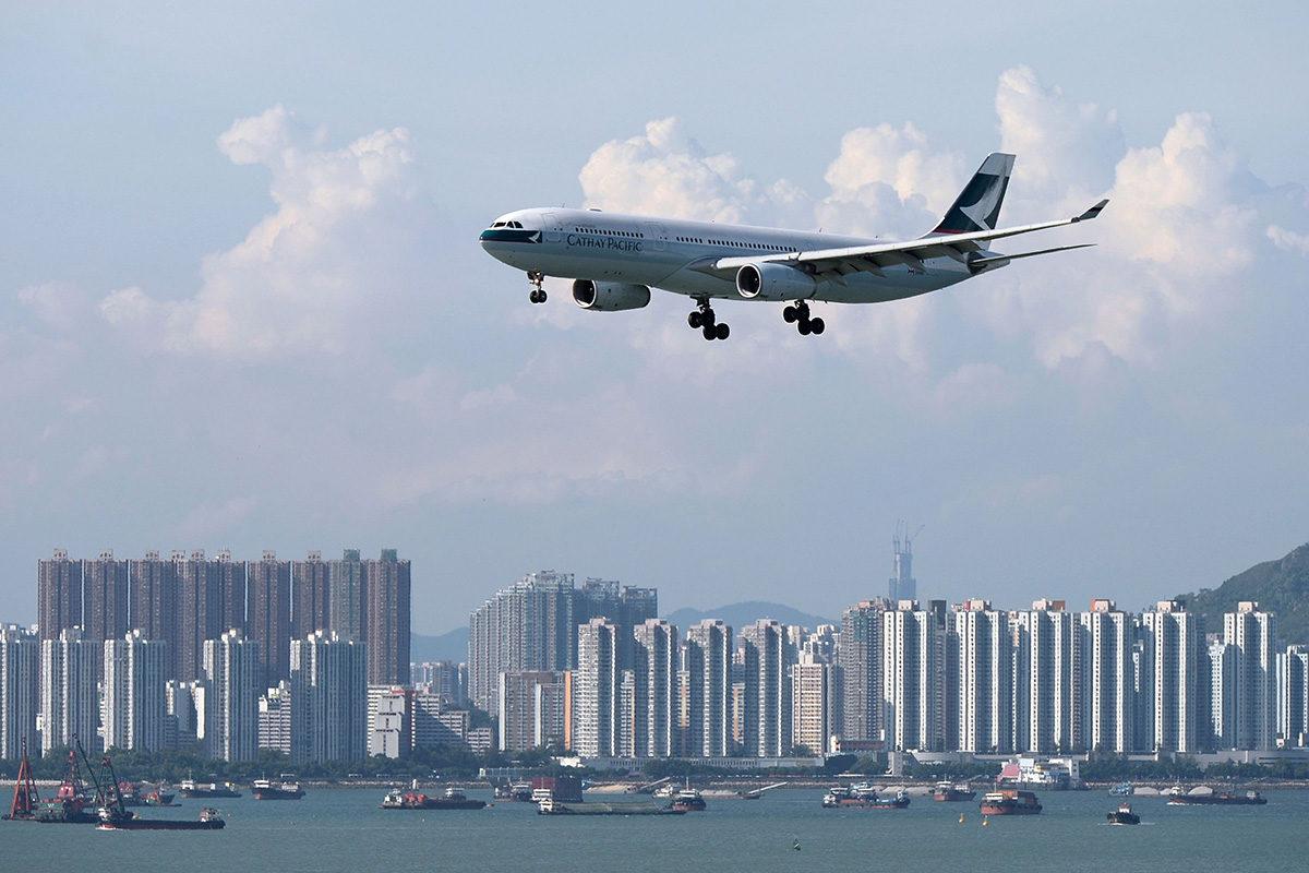 Cathay Pacific -yhtiön lentokone laskeutumassa Hong Kongin lentokentälle elokuussa 2014.