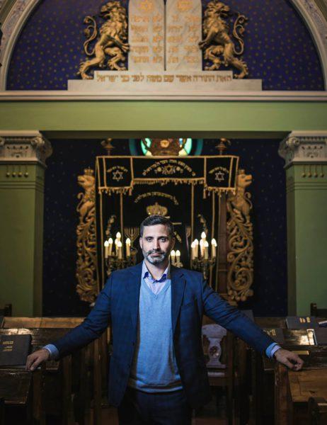 Yaron Nadbornik Helsingin synagogan pääsalissa.