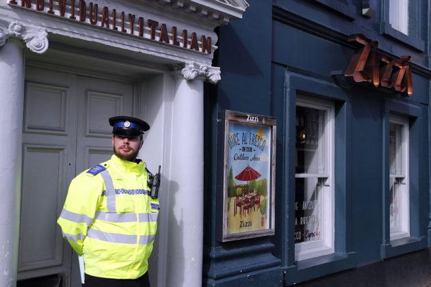 Poliisi vartioi 6. maaliskuuta 2018 Englannin Salisburyssa italialaista ravintolaa, jossa Sergei ja Julia Skripali söivät ennen myrkytysoireita.