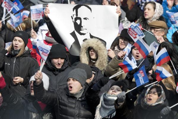 Putinin kannattajat lauloivat Venäjän kansallislaulua vaalikampanjatilaisuudessa Moskovan Lužniki-stadionilla 3. maaliskuuta 2018.