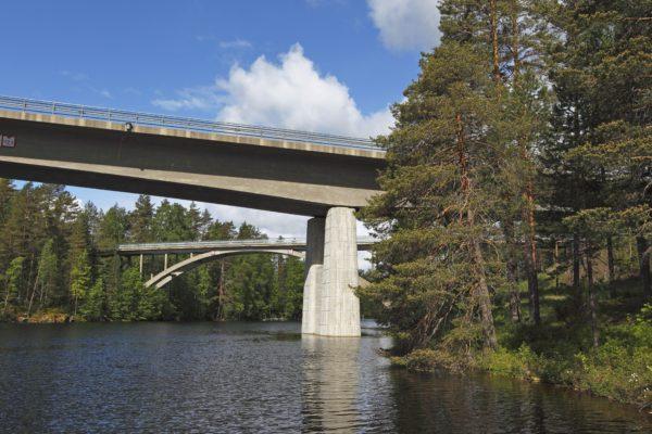 Tuusniemen tunnetuimpia paikkoja on Ohtaansalmen silta Savon ja Karjalan rajalla.