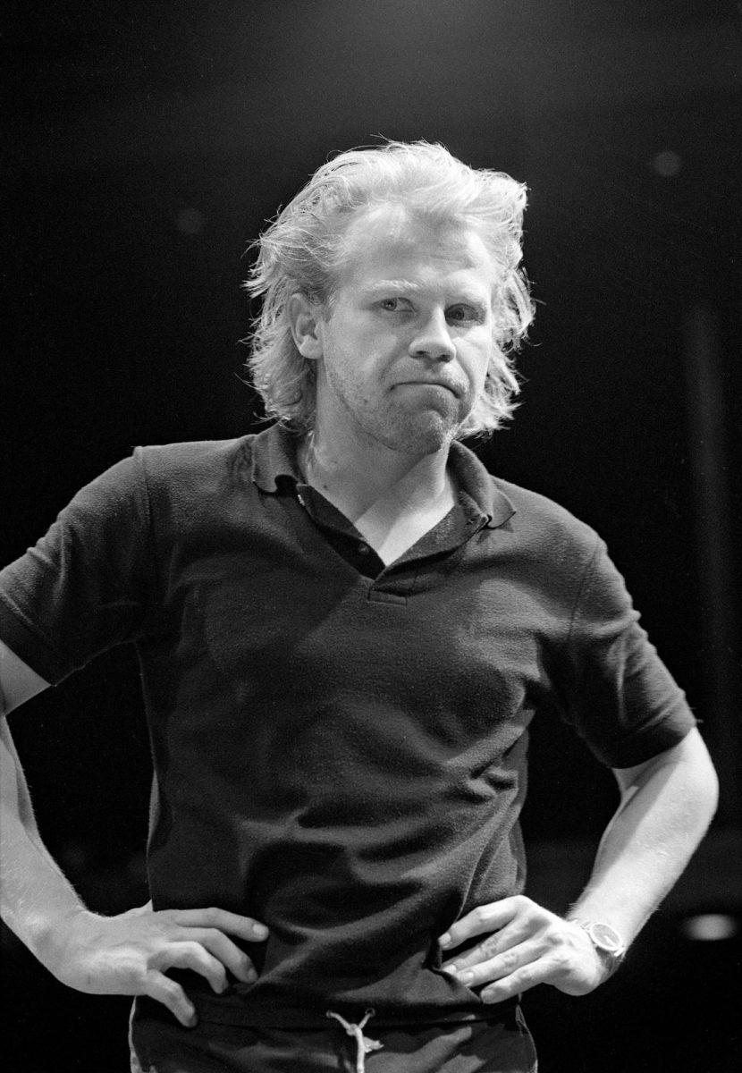 Valtakunta-näytelmää (1985) myytiin pakettina, johon kuului Jussi Parviaisen tapaaminen ja majoitus Hotelli Pasilassa.