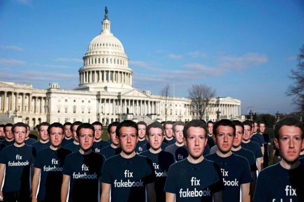 Facebookin perustajan Mark Zuckerbergin pahvikuvia koottuna mielenosoitukseen Washingtonissa.