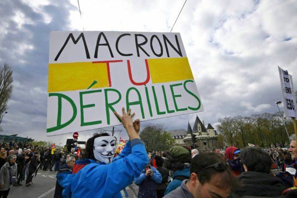 """""""Macron, olet raiteiltasi"""", julisti kyltti rautatieläisten ja opiskelijoiden mielenosoituksessa 14. huhtikuuta."""