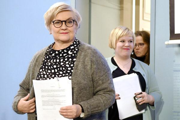 Kunta- ja uudistusministeri Anu Vehviläinen, ministeri Annika Saarikko ja sote- ja maakuntauudistuksen projektijohtaja Päivi Nerg maakunta- ja sote-uudistusta koskevassa tiedotustilaisuudessa 8. maaliskuuta 2018.
