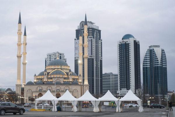 Moskeija ja bisnesalue pääkaupunki Groznyissa Tšetšeniassa. Kuva vuodelta 2016.