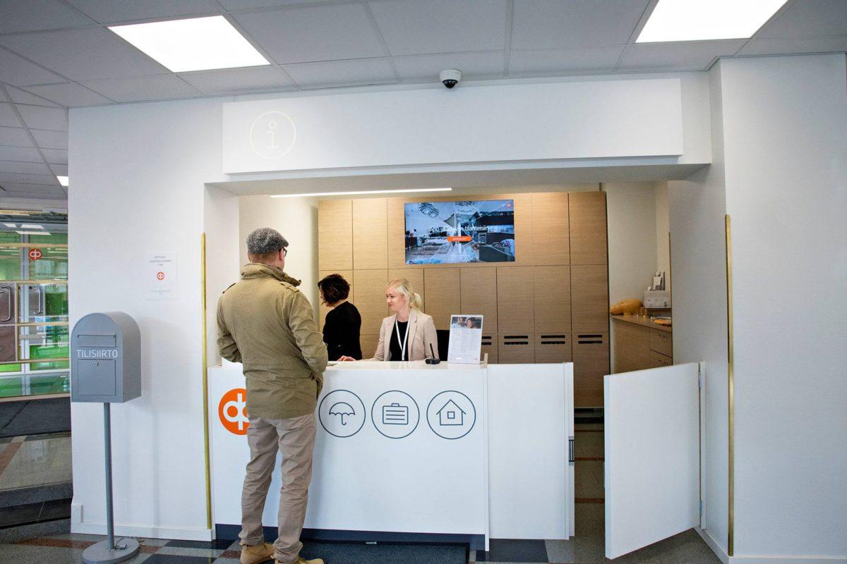 Pankkiasiat ovat puoluesihteerin vastuulla. Piia Hytönen (oik.) ja Heidi Kajan avustavat.