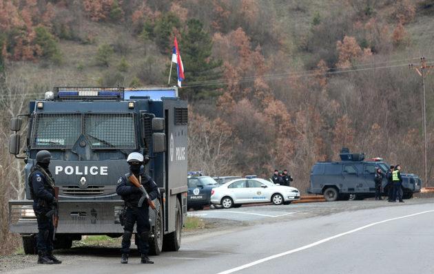 Poliisi valvoi tiesulkua serbienemmistöisellä Mitrovican alueella Kosovossa 26. maaliskuuta 2018.