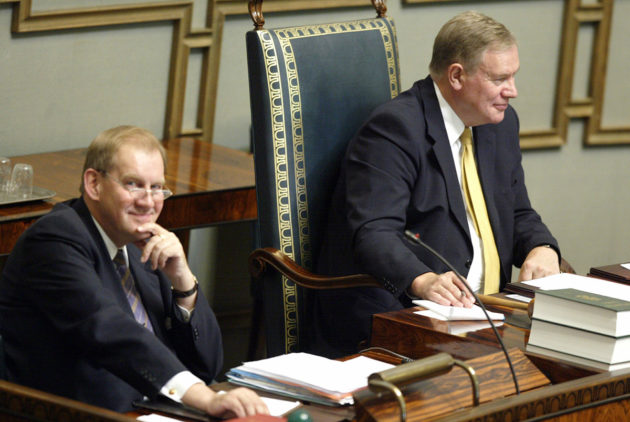 Eduskunnan pääsihteeri Seppo Tiitinen (vas.) ja puhemies Paavo Lipponen eduskunnassa vuonna 2003.