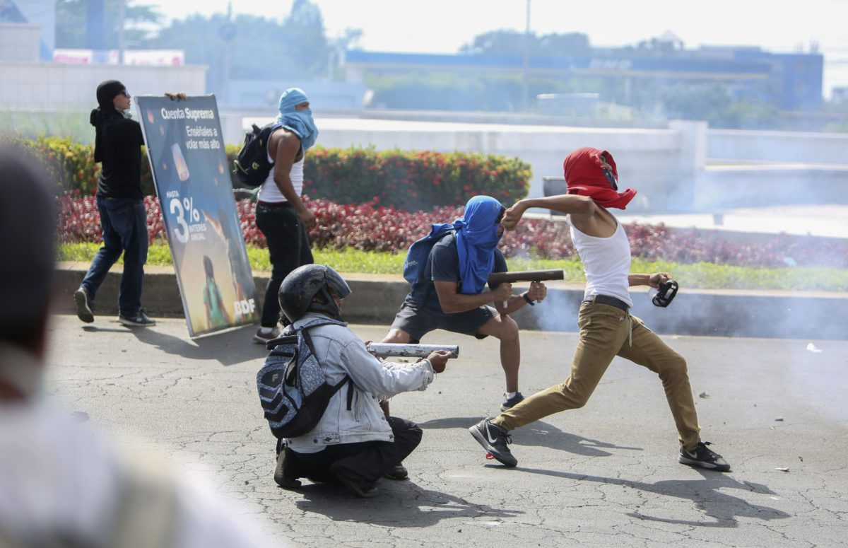 Mielenosoittajat ampuivat kotitekoisilla kranaatinehittimillä ja heittivät kiviä kohti mellakkapoliisia Nicaraguan Managuassa perjantaina 20. huhtikuuta 2018.