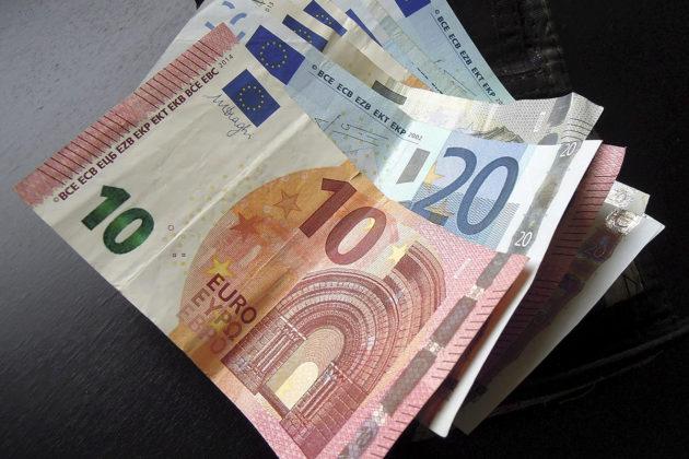 Kymmenen ja kahdenkymmenen euron seteleitä.