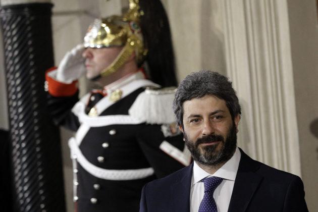 Hallitustunnustelija puhemies Roberto Fico presidentin palatsin edustalla Roomassa maanantaina 23. huhtikuuta 2018.