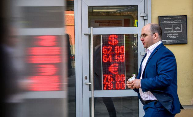 Dollareiden ja eurojen vaihtokurssit nousivat Moskovassa 10. huhtikuuta 2018.