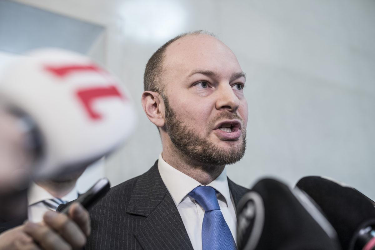Sinisten puheenjohtaja Sampo Terho syytti kokoomusta provokaatiosta.