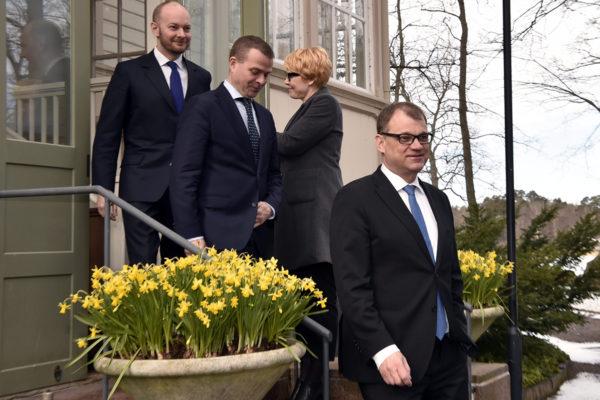 Sinisten puheenjohtaja Sampo Terho, kokoomuksen puheenjohtaja Petteri Orpo ja keskustan puheenjohtaja Juha Sipilä Kesärannassa Helsingissä 10. huhtikuuta 2018.